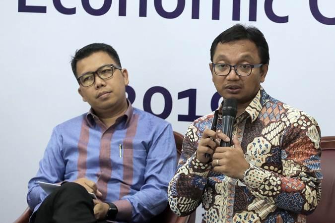 Head of Fixed Income Mandiri Sekuritas Handy Yunianto (kiri) dan Head of Industry dan Regional Research Bank Mandiri Dendi Ramdani menjadi pembicara dalam Macroeconomic Outlook di Jakarta, Rabu (15/5/2019). - Bisnis/Felix Jody Kinarwan