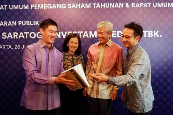 Presiden Komisaris PT Saratoga Investama Sedaya Tbk. Edwin Soeryadjaya (kedua kanan), Presiden Direktur Michael W. P Soeryadjaya (kiri), Direktur Keuangan Lany Djuwita (kedua kiri) dan Direktur Andi Esfandiari, berbincang di sela-sela RUPST dan RUPSLB Saratoga, di Jakarta, Selasa (26/6/2018). - JIBI/Nurul Hidayat