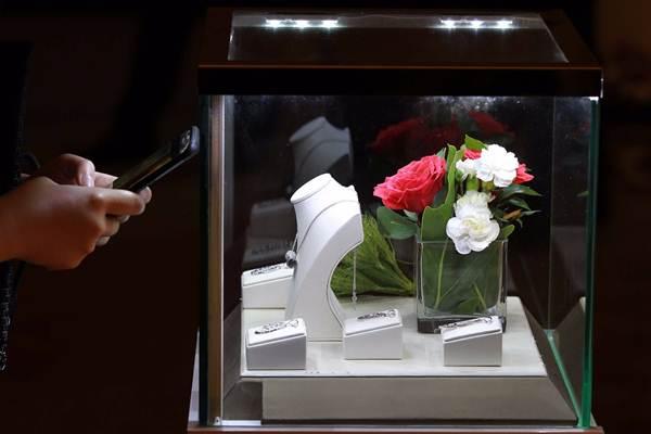 Pengunjung mengamati koleksi perhiasan PT Hartadinata Abadi Tbk. di sela-sela konferensi pers di Jakarta, Selasa (17/4/2018). - JIBI/Dwi Prasetya