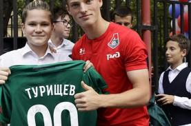 Ajax Amsterdam Incar Striker Muda Rusia, Makim Turischev