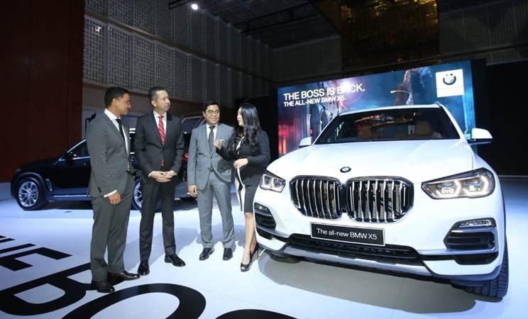 Presiden Direktur BMW Group Indonesia Ramesh Divyanathan (kedua kiri) bersama Vice President of Corporate Communications Jodie O'tania (kanan), dan Vice President of Sales BMW Indonesia Bayu Riyanto (kedua kanan) mendengarkan pembicaraan Brand Ambassador Hamish Daud Wyllie, usai peluncuran mobil All New BMW X5, di Jakarta, Kamis (11/4/2019). - Bisnis/Endang Muchtar