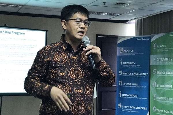 Chief Economist Bahana Sekuritas Budi Hikmat saat memberikan paparan di acara Leader's Day bertema Acuan untuk Cuan, di kantor Bisnis Indonesia, di Jakarta, Selasa (5/9). - JIBI/Arif Budisusi