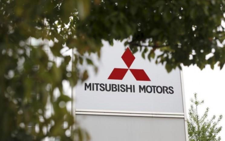 Logo Mitsubishi Motors Corp tampak di kantor pusat Tokyo, Jepang.  - Reuters