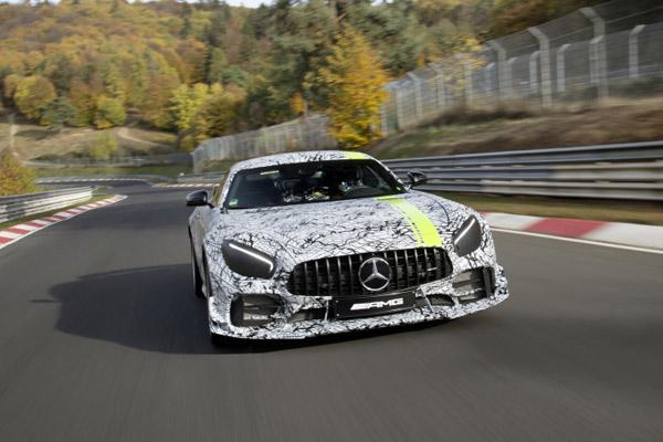 Model khusus AMG GT R PRO edisi terbatas telah dimodifikasi dalam banyak detil untuk memberikan kinerja pacuan yang lebih banyak lagi. Ini menggabungkan temuan dari aktivitas Customer Racing yang sukses dengan mobil balap AMG GT3 dan AMG GT4.  - DAIMLER