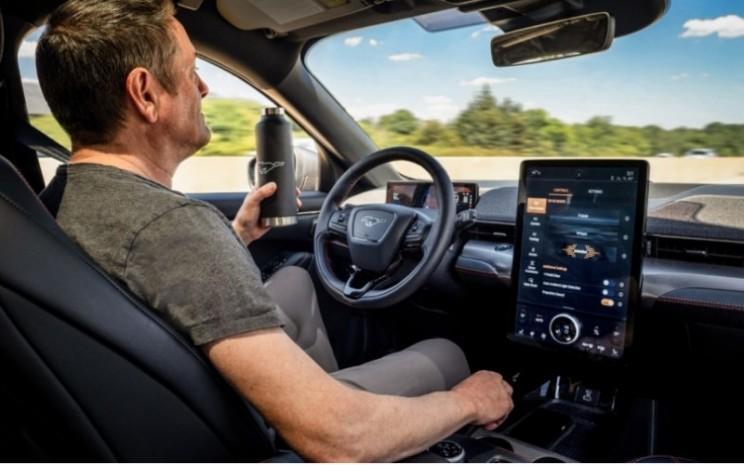 Active Drive Assist mulai diluncurkan pada kendaraan model 2021 terpilih dan akan tersedia di jajaran Mustang Mach-E.  - FORD