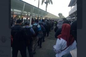 Antrean Penumpang KRL Membeludak di Luar Stasiun Bogor…