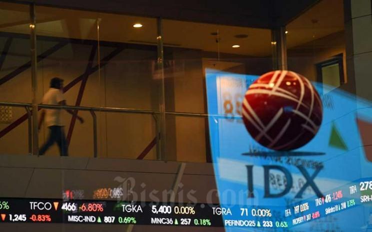 Pengunjung berada di dekat layar monitor perdagangan Indeks Saham Gabungan (IHSG) di Bursa Efek Indonesia, Jakarta, Rabu (27/7/2020). Bisnis - Abdurachman