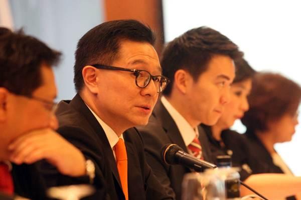 Direktur Utama PT Tunas Ridean Tbk Rico Adisurja Setiawan (kedua kiri) memberikan penjelasan mengenai kinerja perusahaan seusai rapat umum pemegang saham tahunan (RUPST)di Jakarta, Kamis (19/4/2018). - JIBI/Dedi Gunawan