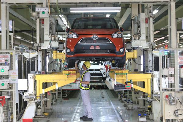 Pekerja di Pabrik Toyota Karawang 2. Produksi mobil pabrikan di Indonesia sepanjang Januari-Maret 2020 meningkat 4,2% dibandingkan dengan periode yang sama tahun lalu, dari 315.198 unit menjadi 328.501 unit. - TMMIN