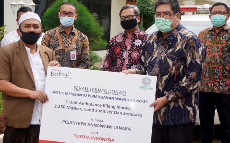 Bantuan ini diserahkan secara simbolis oleh Direktur Administrasi, Korporasi, dan Hubungan Eksternal PT Toyota Motor Manufacturing Indonesia (TMMIN) Bob Azam kepada Pimpinan Pondok Pesantren An Nawawi Tanara KH. Ahmad Syauqi. - TMMIN