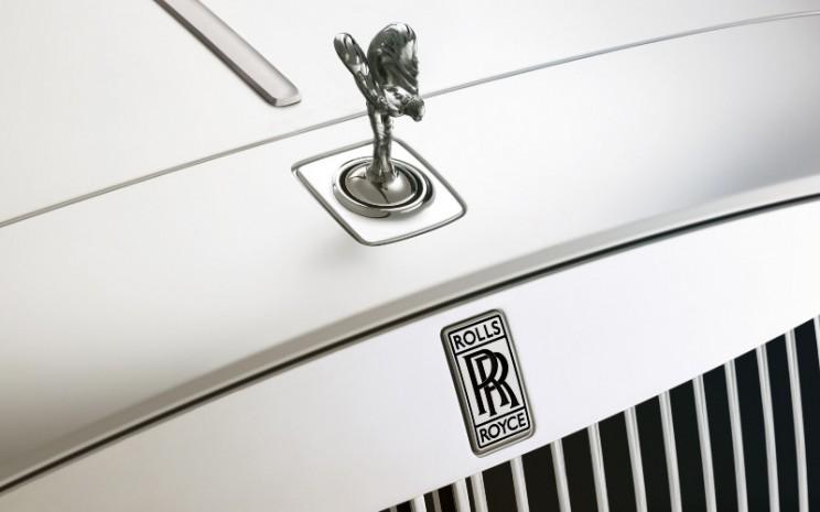 Spririt of Ecstasy dan Badge dari Rolls/Royce Motor Cars. ROLLS/ROYCE