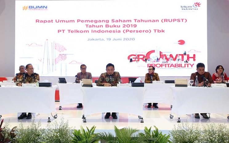 Direktur Utama PT Telekomunikasi Indonesia (Persero) Tbk. Ririek Adriansyah (tengah) menjawab pertanyaan wartawan seusai Rapat Umum Pemegang Saham Tahunan (RUPST) di Jakarta, Jumat (19/6/2020). Bisnis - Abdullah Azzam