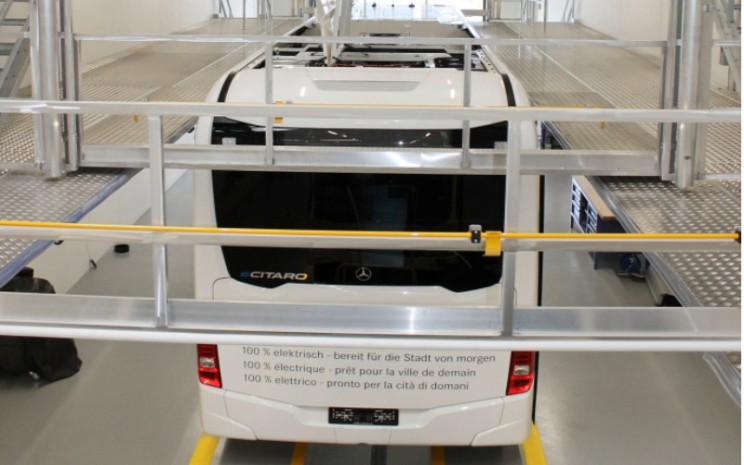 Daimler Buses membuka salah satu pusat kompetensi bus paling modern di Winterthur. Untuk perbaikan baterai bertegangan tinggi, platform dengan luas 105 m dapat diakses di bengkel dari stasiun kerja atap.  - DAIMLER