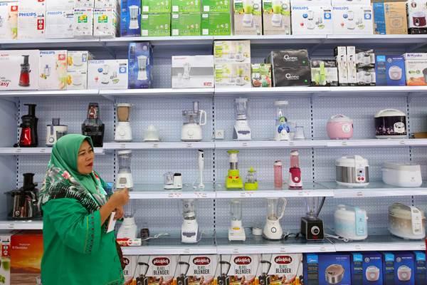 Pengunjung berbelanja di Mitra10 Pesanggrahan, Jakarta, Kamis (25/5/2018)./JIBI/Bisnis - Abdullah Azzam