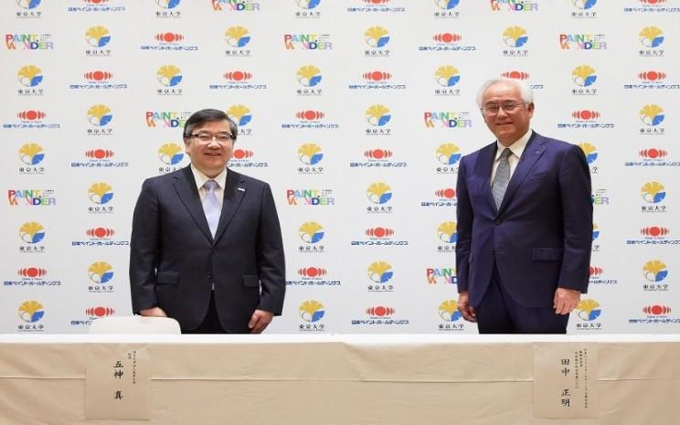 Makoto Gonokami, President, The University of Tokyo bersama Masaaki Tanaka, Chairman, President & CEO, Nippon Paint Holdings Co., Ltd dalam penandatangan kerjasama untuk Industry/Academia Co/creation