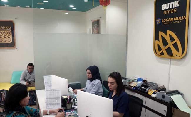Pengunjung berada di Butik Emas Antam, Jakarta, Selasa (11/2/2020). Bisnis - Himawan L Nugraha