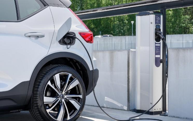 Volvo Cars akan meluncurkan layanan Plugsurfing dengan XC40 Recharge P8 sepenuhnya listrik saat pengiriman dimulai akhir tahun ini.  - VOLVO CARS