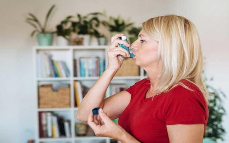 Ilustrasi pengidap asma hirup inhaler