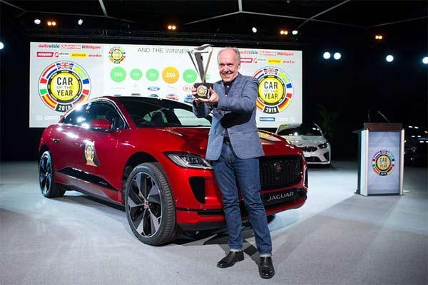 Direktur Desain Jaguar Ian Callum saat menerima penghargaan Car of the Year 2019 dari para jurnalis otomotif Eropa di sela Genewa International Motor Show 2019.  - GIMS