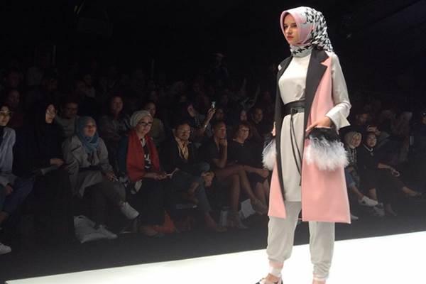 Koleksi Zaskia Sungkar di Jakarta Fashion Week 2018. - Bisnis.com/Ramdha Waddha