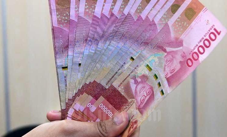 Pegawai Bank menunjukkan uang rupiah di kantor cabang di Jakarta, Senin (2/3/2020). Bisnis - Abdurachman