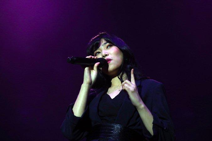 Penyanyi Isyana Sarasvati menjadi pembuka konser konser Boyzone di Jakarta, Minggu (24/3/2019). - Bisnis/Abdullah Azzam