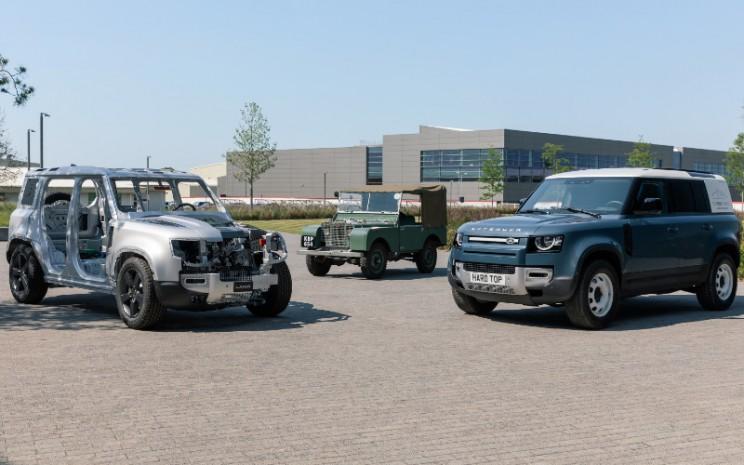 Nama Hard Top berasal dari tahun 1950. Ketika pengenalan Hard Tops, Land Rover menambah elemen keamanan dan perlindungan. New Defender Hard Top melanjutkan etos ini, berbagi atap dan siluet logam tetapnya dengan aslinya yang ikonik. - LAND ROVER
