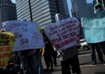 Sejumlah orang tua murid berunjuk rasa di depan kantor Kemendikbud, Jakarta, Senin (29/6/2020). Unjuk rasa yang diikuti ratusan orang tua murid tersebut menuntut penghapusan syarat usia dalam Penerimaan Peserta Didik Baru (PPDB) DKI Jakarta./ANTARA FOTO-Wahyu Putro A
