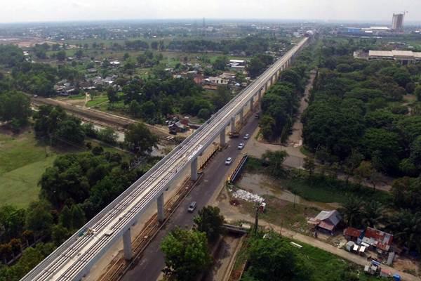 Foto aerial proyek pembangunan light rail transit (LRT) di Palembang, Sumatra Selatan, Kamis (26/10). LRT Palembang adalah proyek transportasi massal yang dikerjakan oleh PT Waskita Karya (Persero) Tbk. Perseroan mengaku pendapatan konstruksi dari proyek ini belum sepenuhnya diterima dari Kementerian Perhubungan. - JIBI/Abdullah Azzam