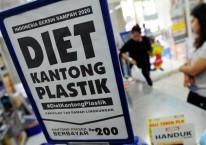 Konsumen membawa barang yang telah dibeli menggunakan kantong plastik di salah satu minimarket di Pasar Baru, Jakarta, Minggu (21/2/2016). Pemerintah mulai menguji coba penerapan kantong plastik berbayar di ritel modern secara serentak di 17 kota Indonesia dengan pembayaran Rp200 per kantong plastik./ANTARA FOTO-Wahyu Putro A