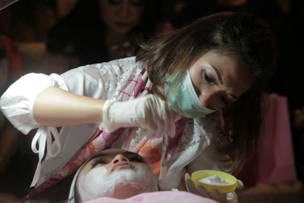 Pengunjung menjalani perawatan saat Duplair meluncurkan produk perawatan kesehatan kulit buatan Jepang, di Jakarta, Rabu (11/10). - JIBI/Nurul Hidayat