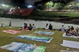 Warga Jakarta Nikmati Pemandangan Limbah Deterjen…