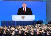 Sebuah layar menampilkan Presiden Rusia Vladimir Putin yang tengah berbicara dalam acara tahunan kenegaraan di Moskow, Rusia pada Rabu (15/01/2020). (Andrey Rudakov/Bloomberg)