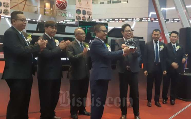 Direktur Utama PT Repower Asia Indonesia Tbk. Aulia Firdaus saat menerima cinderamata dari Direktur Penilaian Perusahaan BEI I Gede Nyoman Yetna pada Jumat (6/12 - 2019). / Bisnis / Pandu Gumilar