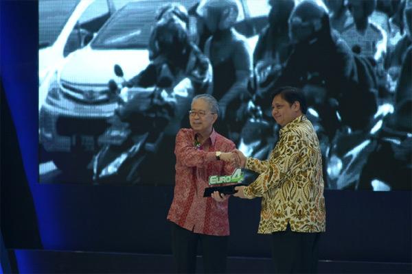 Ketua Umum Gaikindo Yohannes Nangoi (kiri) menyerahkan plakat komitmen penerapan standar Euro 4 kepada Menteri Perindustrian (ketika itu) Airlangga Hartarto, Kamis (2/8/2018). - Bisnis