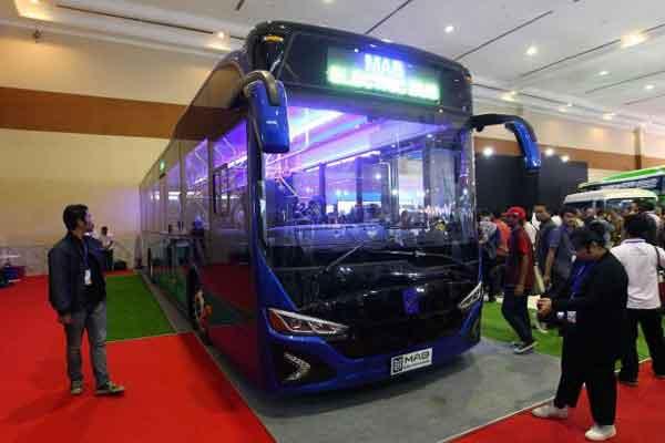 Pengunjung melihat-lihat bus listrik produksi PT Mobil Anak Bangsa (MAB) pada ajang Gaikindo Indonesia International Commercial Vehicle Expo (Giicomvec) 2018 di Jakarta, Sabtu (3/3/2018). - Bisnis.com/Dwi Prasetya