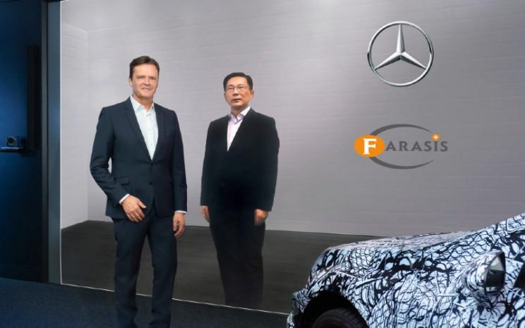 Mercedes-Benz mengumumkan kemitraan strategis dan pembelian saham produsen sel baterai Farasis Energy (Ganzhou) Co., Ltd. Markus Schfer, Anggota Dewan Manajemen Daimler AG dan Mercedes-Benz AG, bertanggung jawab atas Riset Grup Daimler dan COO Mobil Mercedes-Benz (kiri); Yu Wang, Pendiri dan CEO Farasis Energy (Ganzhou) Co., Ltd. - DAIMLER