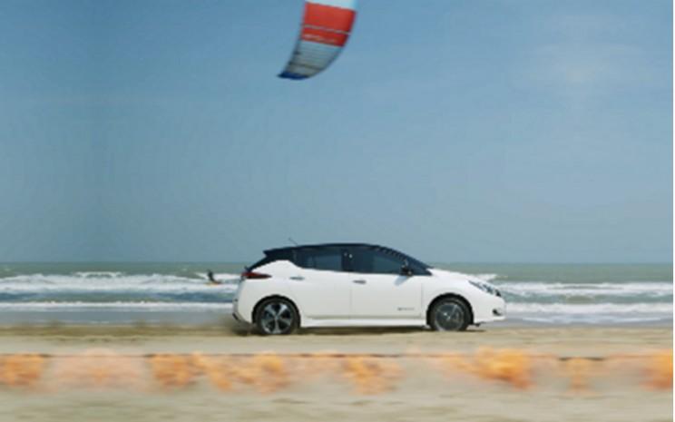 Nissan Leaf di Pantai Samroiyod, Thailand. Aspek teknis pada akselerasi kuat Nissan Leaf terletak pada e-Powertrain yang dapat menghidupkan kendaraan tanpa memerlukan mesin pembakaran internal. - Nissan