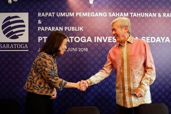 Presiden Komisaris PT Saratoga Investama Sedaya Tbk. Edwin Soeryadjaya (kanan) berjabat tangan dengan Direktur Keuangan Lany Djuwita di sela-sela RUPST dan RUPSLB Saratoga, di Jakarta, Selasa (26/6/2018). Per 3 Juli 2020, Edwin menggenggam 32,43 persen saham Saratoga. - JIBI/Nurul Hidayat