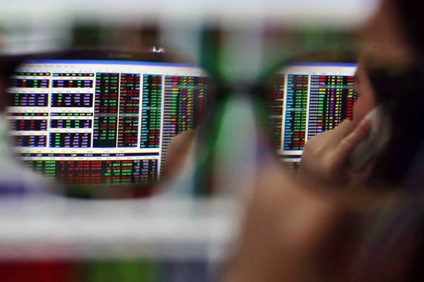 Karyawan memantau pergerakan harga saham di kantor Mandiri Sekuritas, Jakarta, Rabu (11/10). - JIBI/Abdullah Azzam