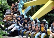 Sejumlah pengunjung bermain wahana Discovery di Jungleland Adventure Theme Park, kawasan Sentul City, Kabupaten Bogor, Jawa Barat./Antara - Arif Firmansyah.