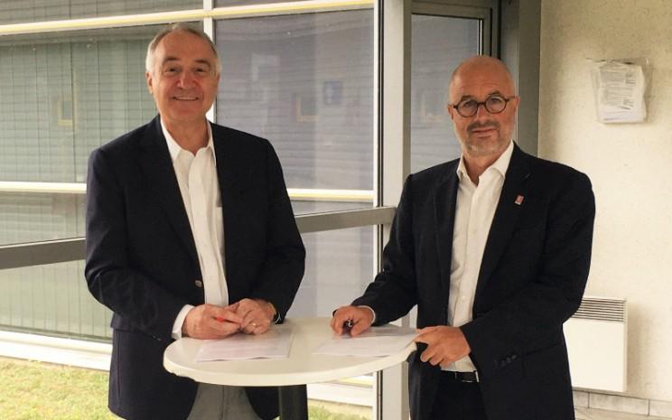 Loc Bey-Rozet, Direktur Eksekutif Indra Automobile Recycling; dan Bruno Blin, Presiden Renault Trucks.  - RENAULT TRUCKS
