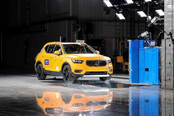 Volvo XC40 Baru saat uji tambrak, offset 25%, 64km / jam (40 mph). Pada Juni 2020, SUV ukuran menengah XC60 menjadi model terlaris perusahaan, diikuti SUV kompak XC40 dan SUV besar XC90.  - Volvo
