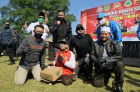 Ridwan Kamil dan Forkopimda Jabar Bagikan Paket Sembako…