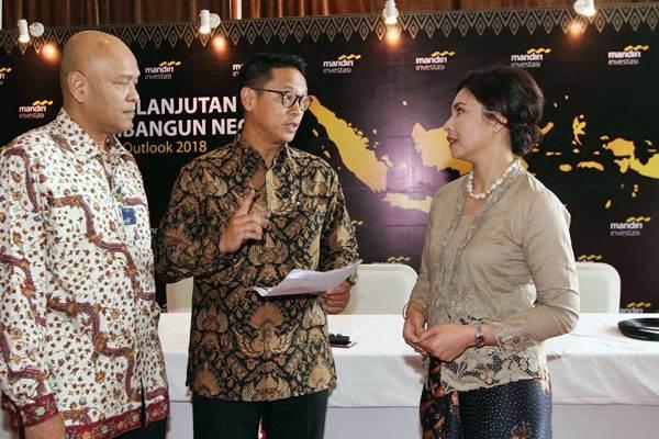 Direktur PT Mandiri Manajemen Investasi (Mandiri Investasi) Ferry I. Zen (dari kiri), berbincang dengan Direktur Utama Alvin Pattisahusiwa, dan Direktur S Endang Astharanti di sela-sela Market Outlook 2018, di Jakarta, Kamis (25/1). - JIBI/Nurul Hidayat