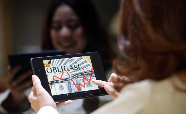 Instrumen Obligasi Ritel Indonesia (ORI) seri ORI017 ditawarkan pemerintah dengan kupon 6,4 persen. Penjualan instrumen buatan pemerintah itu mendekati target yang ditetapkan pemerintah yakni Rp15 triliun. Bisnis - Abdullah Azzam