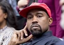 Kanye West mendengarkan pernyataan Presiden AS Donald Trump ketika dirinya diundang ke Gedung Putih, Washington DC, AS, Kamis (11/10/2018)./Bloomberg-Andrew Harrer