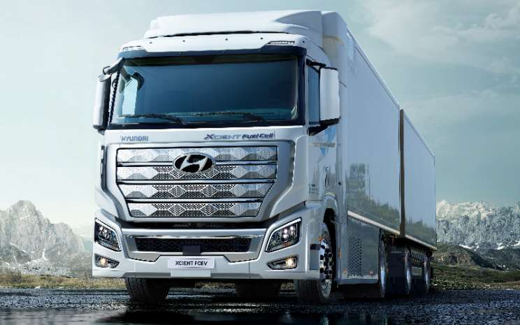 Hyunda Xcient Fuel Cell didukung oleh sistem sel bahan bakar hidrogen 190 kW dengan tumpukan sel bahan bakar 95-kW ganda. Tujuh tangki hidrogen besar menawarkan kapasitas penyimpanan gabungan sekitar 32,09 kg hidrogen.  - HYUNDAI