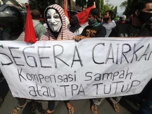 Warga Geruduk Balaikota Kediri Menuntut Pembayaran Dana Kompensasi TPA