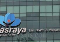 Pekerja membersihkan logo milik PT Asuransi Jiwasraya (Persero) di Jakarta, Rabu (31/7/2019). Bisnis/Abdullah Azzam